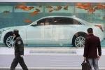 'Độc chiêu' trưng bày xe sang trong bể cá vàng
