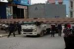 Barrier hạn chế chiều cao đè bẹp cabin xe tải, 3 người thoát chết ngoạn mục