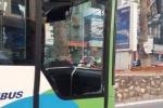 Buýt nhanh BRT bị ô tô tạt đầu, đâm vỡ kính: Tài xế gây tai nạn là phụ nữ