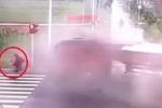 Người đi xe máy 'dịch chuyển tức thời', thoát chết ngoạn mục