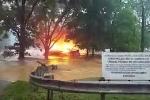Kinh hãi cảnh lũ cuốn phăng ngôi nhà đang bốc cháy ngùn ngụt