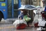 Ảnh: Những phận người mưu sinh giữa mưa lớn ở Sài Gòn