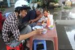 Mưa lớn hơn 2 tiếng, dân Sài Gòn ăn trưa giữa biển nước