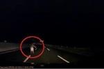 Người đàn ông đột ngột xuất hiện giữa cao tốc, tài xế ô tô một phen hú vía