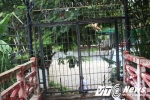 Cầu vừa khánh thành bị rào thép gai không cho dân đi ở Sài Gòn