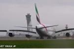 Nghẹt thở clip máy bay chở khách lớn nhất thế giới vật lộn hạ cánh kiểu 'con cua'