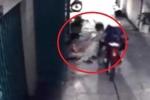 Clip: Thanh niên ngồi lướt web bị cướp điện thoại ngay trước cửa nhà