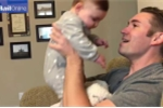 Em bé khóc nức nở, không nhận ra bố sau khi cạo râu