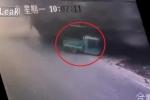 Cắt mặt xe tải chở vật liệu, xe ba gác bị chôn vùi kinh hoàng