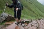 Chàng trai Anh leo núi cao nhất nước bằng giày cao gót nhằm xin học bổng