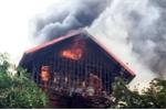 3 ngôi nhà cũ bốc cháy dữ dội giữa Thủ đô