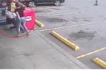 Tiếp chuyện người đàn ông lạ, bé gái 12 tuổi bị đánh ghen thô bạo