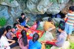 Dân Nghệ An ùn ùn vác chăn màn vào hang ngủ