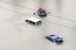 Ô tô ngập đến nóc, cá bơi tung tăng trên đường lụt