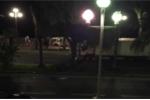 Khoảnh khắc người đi môtô dũng cảm tung mình bám vào xe tải khủng bố ở Pháp