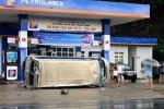 Xe khách 16 chỗ lật nhào trước cửa cây xăng ở Quảng Ninh