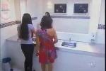 Chiếc gương 'ma quái' trong phòng vệ sinh nữ