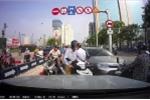 Xe máy, ô tô rồng rắn đi ngược chiều trên cầu vượt ở Hà Nội