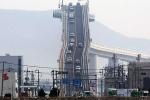 Nín thở xem ôtô đi trên cây cầu 'dựng đứng', nguy hiểm nhất thế giới