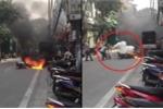 Cụ bà dập lửa cứu xe máy bốc cháy trên phố Hà Nội khiến thanh niên tròn mắt thán phục