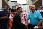 26QM - MAN CITY va TGD ngan hang SHB ben nhung buc tranh vi Hoa Binh      01