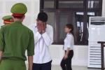 Nhìn thấy con trai 5 tuổi, kẻ trốn truy nã ôm mặt bật khóc tại tòa