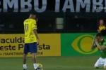 Đối thủ quỳ xuống sân xin Neymar đừng sỉ nhục