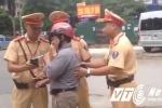 Video: 'Ma men' bỏ lại xe máy, không cho CSGT thổi nồng độ cồn