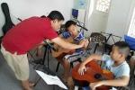 Xúc động với hình ảnh con trai Trần Lập học guitar