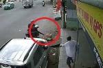 Đi xe máy 'tiện tay' cướp lồng chim bên đường, bị chủ nhà cầm ghế rượt theo