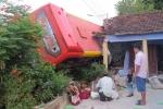 Xe khách tông sập nhà dân trong đêm, 5 người bị thương nặng