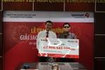 Chủ nhân giải Vietlott gần 65 tỷ đồng bịt mặt đến nhận thưởng