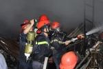 Hơn 50 cảnh sát giải cứu kho phế liệu bốc cháy dữ dội
