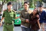 Cha mẹ khóc thảm, bất lực nhìn con gái kêu cứu trong đám cháy