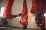 IS tung video treo ngược, cắt cổ tù nhân trong lò giết mổ
