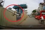 Thanh sắt từ công trường xây dựng bất ngờ nhô ra 'dọa' người đi đường ở Hà Nội