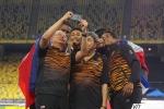 Khán giả tràn xuống sân, Thủ tướng Malaysia selfie cùng nhà vô địch SEA Games