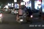 Cướp áp sát giật túi xách, 2 cô gái suýt va vào ôtô