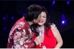 Danh hài Chí Tài tình tứ hôn vợ mỹ nhân ngay trên sân khấu