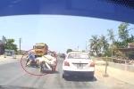 Xe ba gác đi ẩu, suýt mất mạng trước đầu xe tải