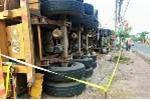 Xe đầu kéo chở 40 tấn alumin lật nhào, đè sập 3 nhà dân