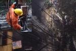 Giải cứu cụ già 79 tuổi mắc kẹt trong đám cháy ở Hà Nội