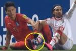 Dây giày mắc vào nhau, 2 cầu thủ ngồi bệt trên sân cầu cứu