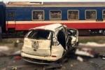 Ảnh: Hiện trường tàu hỏa tông nát ô tô, 5 người chết thảm