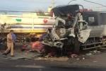 Xe tải bẹp dúm sau va chạm mạnh, tài xế và phụ xe chết thảm trong cabin
