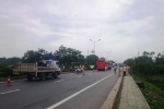 5 chiếc ô tô tông liên hoàn ở Huế, hơn 20 người bị mắc kẹt