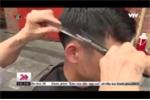 Video: Cụ bà 80 tuổi 60 năm cắt tóc cho nam giới ở phố cổ Hà Nội