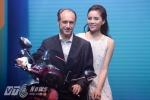 Kỳ Duyên xinh đẹp và tự tin bên đại diện của Piaggio ở Việt Nam - Ảnh: Tùng Đinh