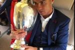 Ronaldo ôm chặt cup vô địch trên máy bay