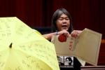 Tân nghị sĩ Hong Kong nổi giận tại lễ tuyên thệ